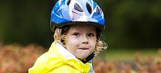 Sykkelhjelmen beskytter, men hvis barnet bruker den i lek kan den også være farlig