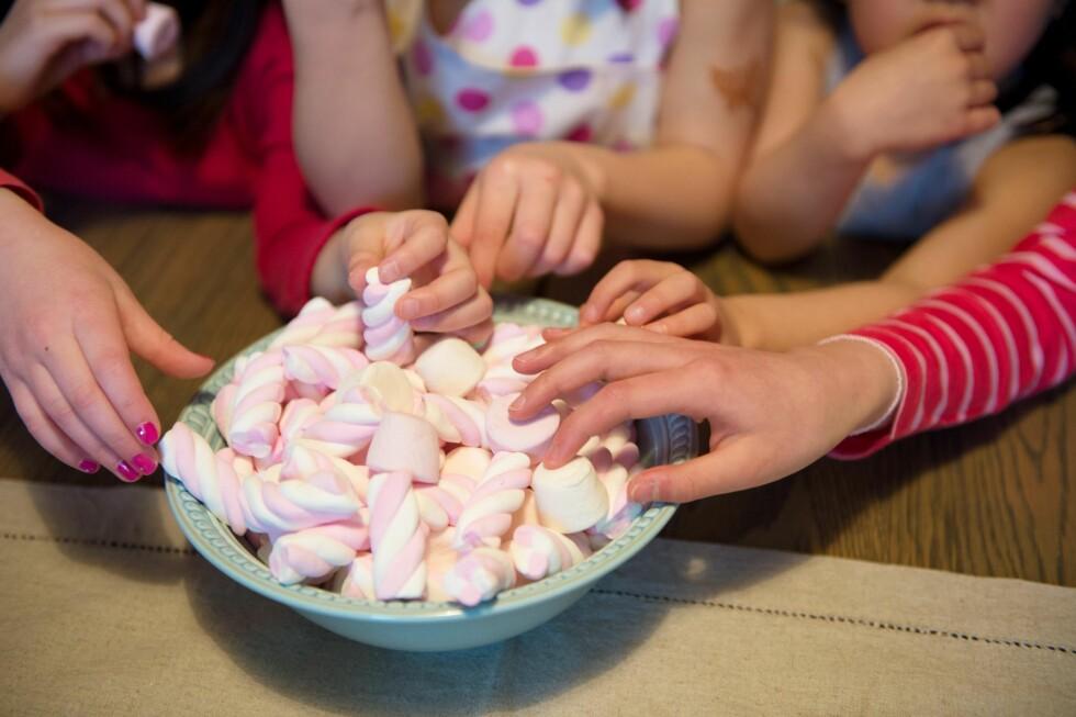 SUKKER FARLIG? Nei, det er ikke farlig. Det viktigste er at barnet har et variert kosthold og at ikke måltidene bare består av sukker. Foto: NTB Scanpix
