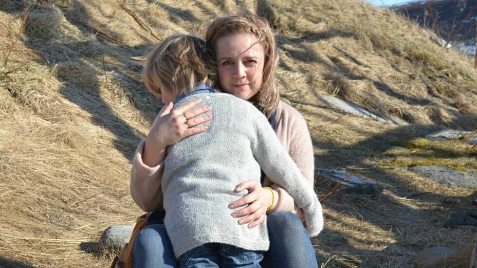LUT LEI NEGATIVE KOMMENTARER: – Jeg håper flere voksne vil tenke seg om før de kommenterer barns utseende. Har man ikke noe hyggelig å si, så kan man holde kjeft, sier Maria. Foto: Hanne Holan