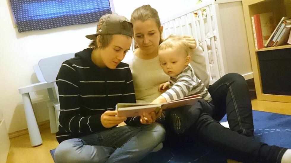 <strong><b>LEI FORDOMMER:</strong></b> Henriette og Marita sier deres hverdag med sønnen Adrian er som de fleste andres. Foto: Privat