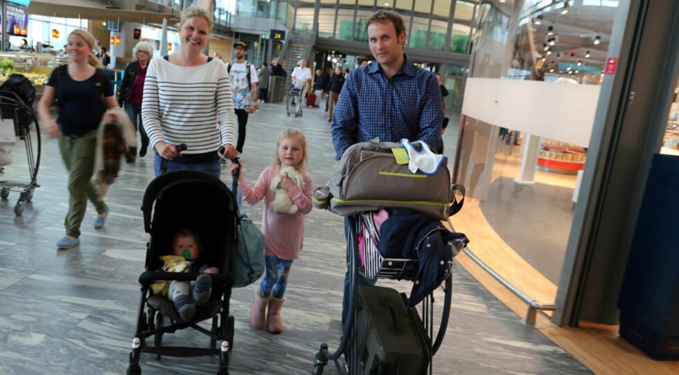 FAMILIEN BERG: - Utlån av barnevogn gjør det lettere for oss! Foto: Oslo Lufthavn