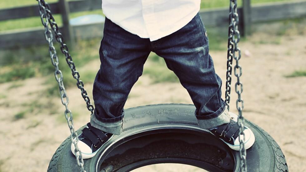UTSETTES FOR STOR SLITASJE: Glade og aktive barn sliter klærne sine godt, men hvilke jeans tåler det best? Foto: Carolin Freiholtz / NTB Scanpix