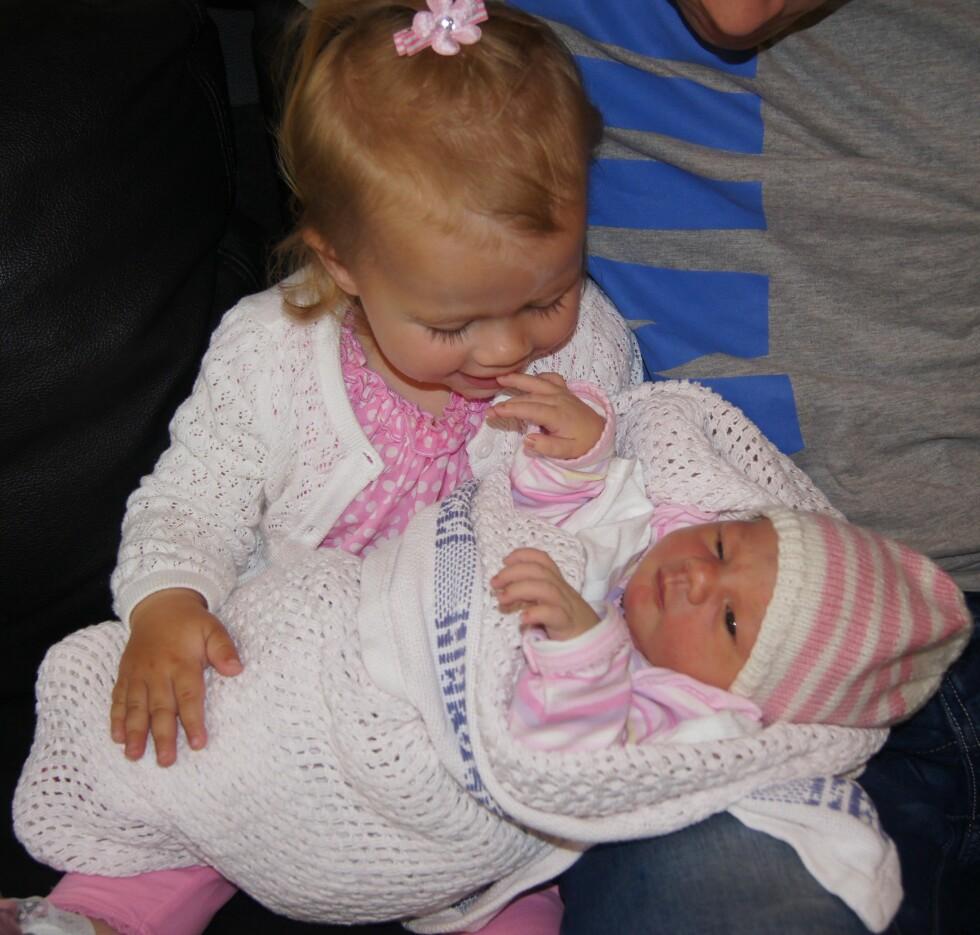 GODE VENNER: Til tross for en litt vanskelig start, er søstrene  bestevenner i dag.  Foto: Privat