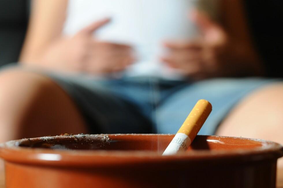 RISIKOFYLT: Fortsetter man å røyke i graviditeten, utsetter man barnet for risiko. Foto: NTB Scanpix