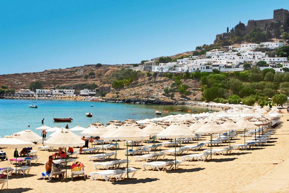 <strong>RHODOS:</strong> Den vakre stranden ligger like ved den pittoreske landsbyen Lindos. Foto: Ving