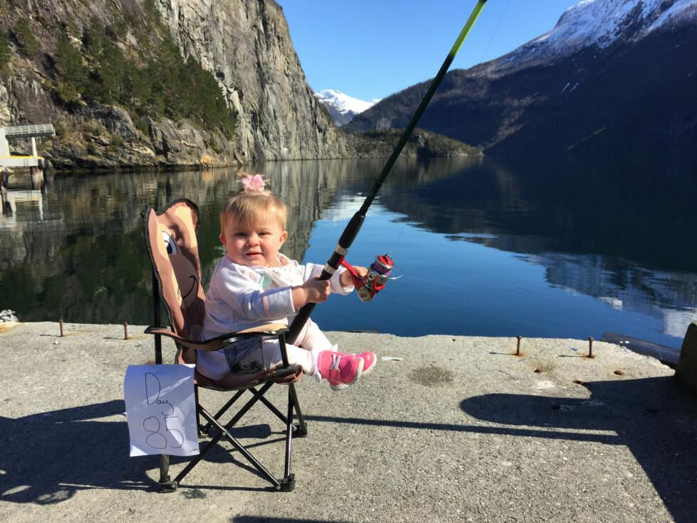 PÅ FISKETUR: Paule legger ut et bilde for hver dag med pappaperm. Foto: privat