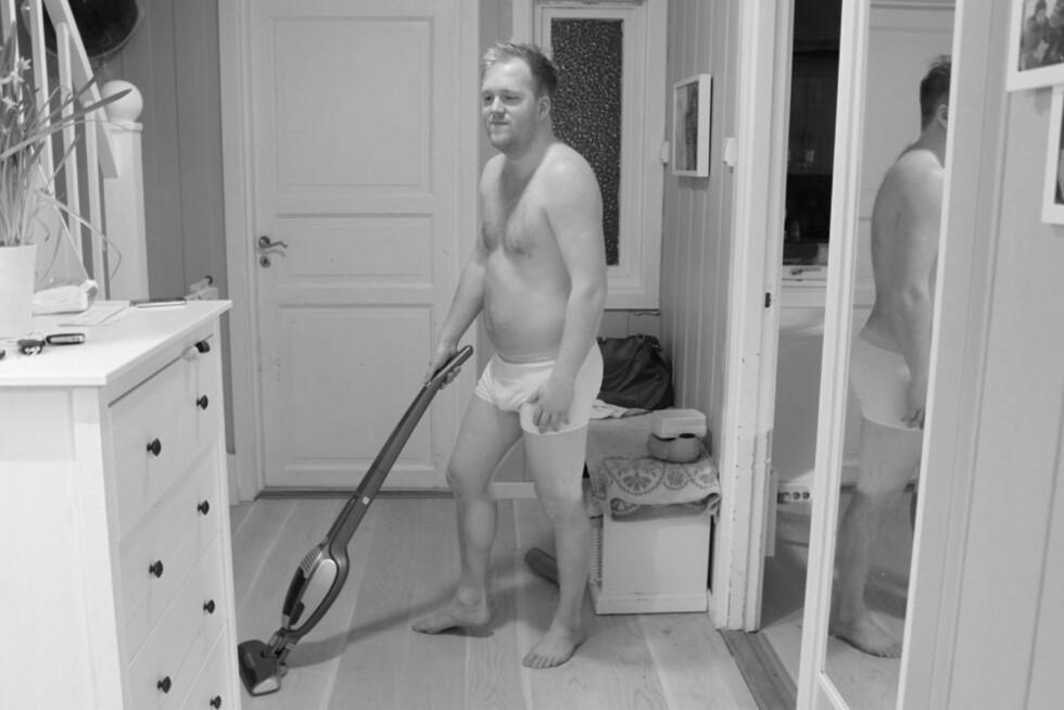 HUSARBEID: Kanskje ikke det morsomste, men en naturlig del av pappapermisjonen. Foto: Privat