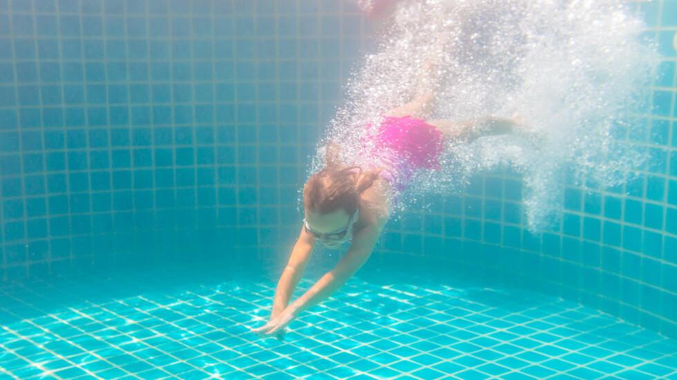 BADELEK: Vannlek er en super aktivitet for barn. Men hvis det får panikk og svelger vann, bør du vite dette. Foto: Laoshi/NTB Scanpix