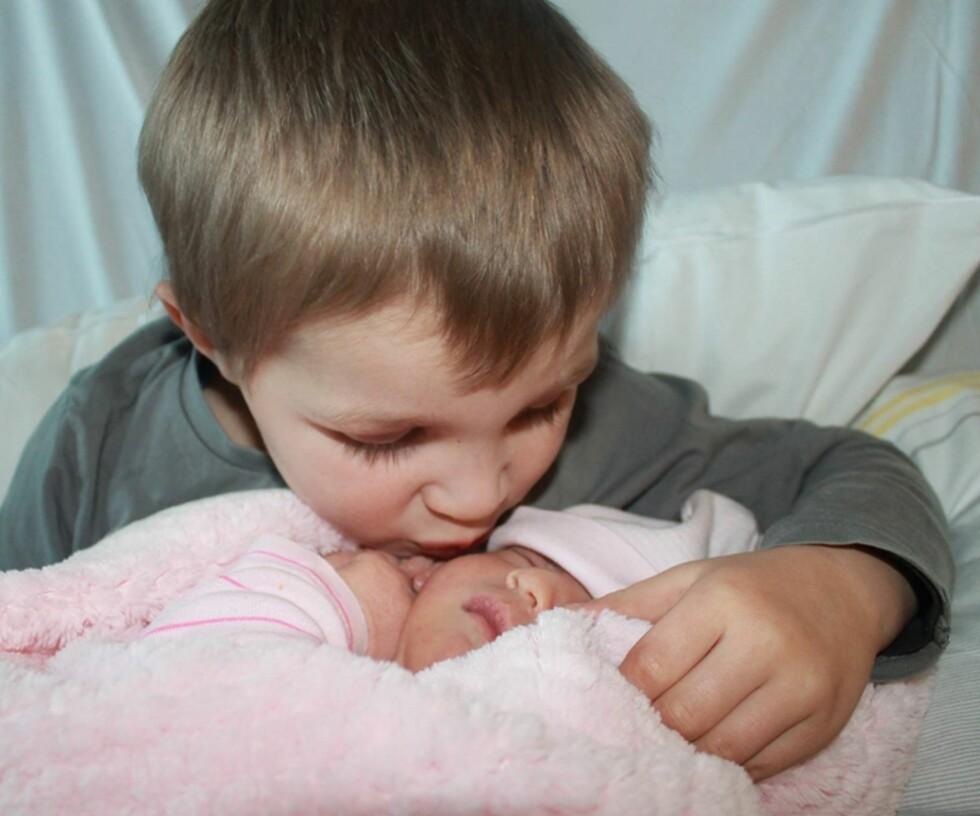 OMSORGSFULL BROR: Storebror Emil André er veldig stolt over at han fikk være med på å bestemme lillesøsters navn. Foto: Privat