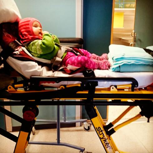 AMBULANSETUR: Wilma og foreldrene har oppsøkt lege, legevakt og sykehus et stort antall ganger de siste to årene. Foto: privat