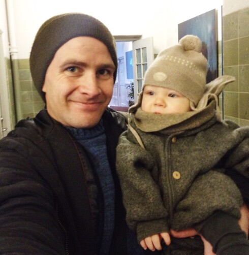 HÅPER Å INSPIRERE: - Jeg vil anbefale alle pappaer å ta en god og lang pappaperm, det er en unik mulighet til å bli kjent med ditt eget barn på dine egne premisser, sier Ole Morten Knudsen. Foto: Privat