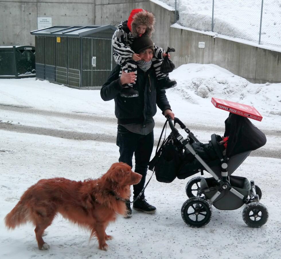 UT PÅ TUR: Det blir mange trilleturer i pappapermisjonen, her også med hund og to barn. Foto: Privat