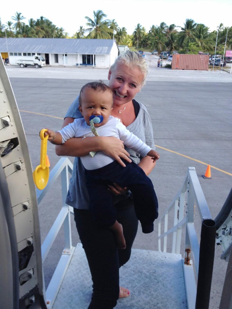 MANGE FLYTURER: Å reise alene med små barn på fly kan være utfordrende, men Gunn Iren fikk mye god hjelp underveis. Foto: Privat
