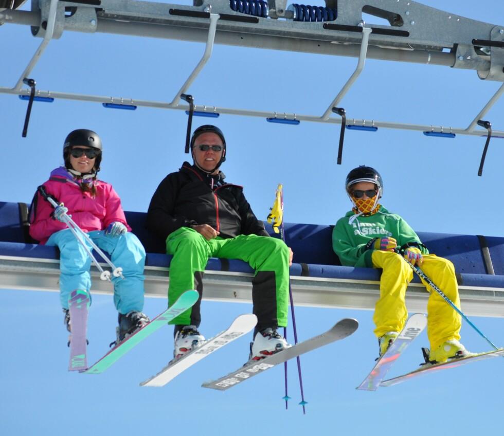<strong>HØYT OPPE:</strong> Pappa Anders sammen med tvillingene Matilda og Anton som har blitt racere i skibakken. Foto: Privat
