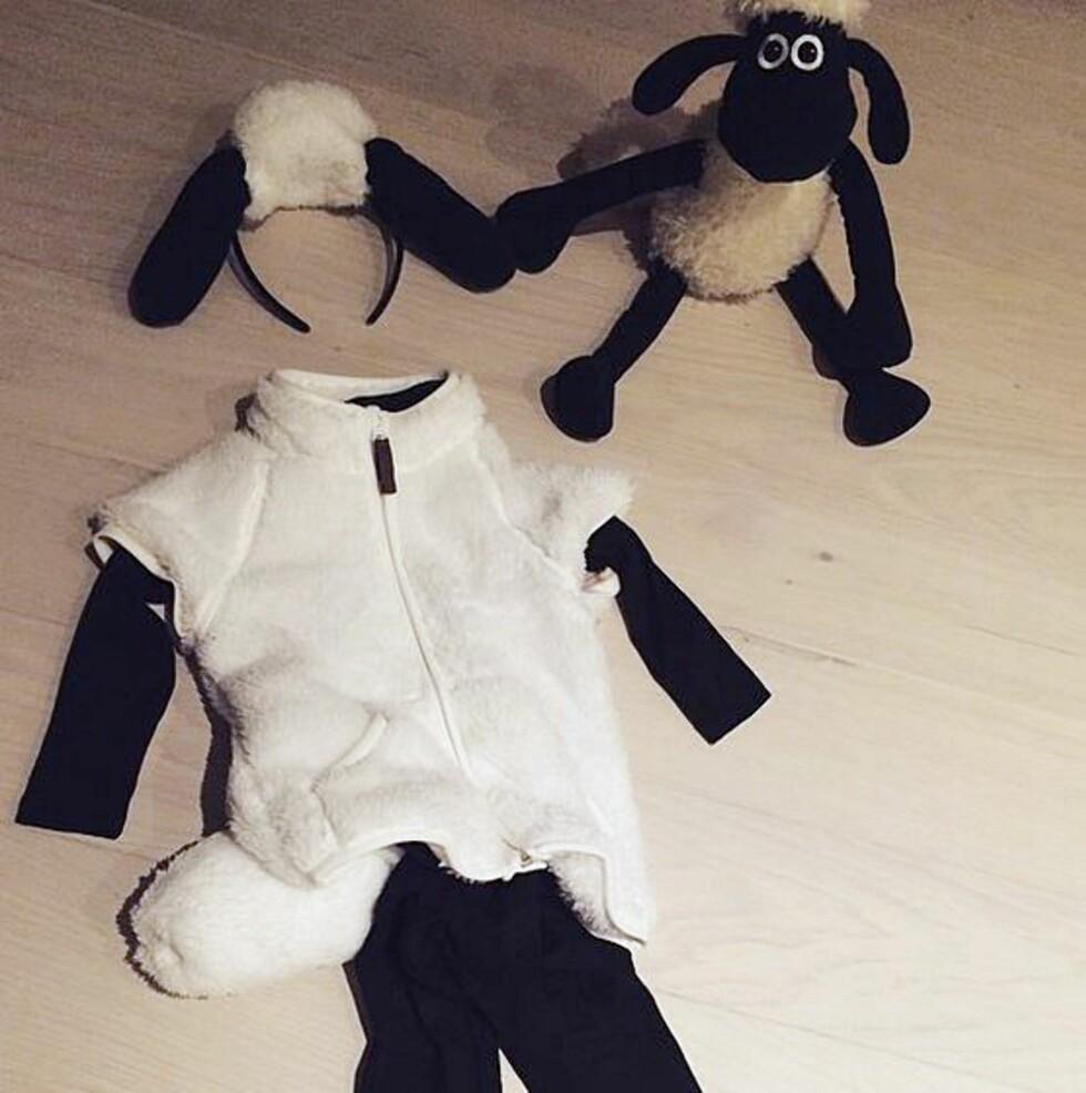 KJAPT OG ENKELT: For å lage håret festet Monika det ene jakkeermet og to svarte sokker på en hårbøyle.  Foto: Privat