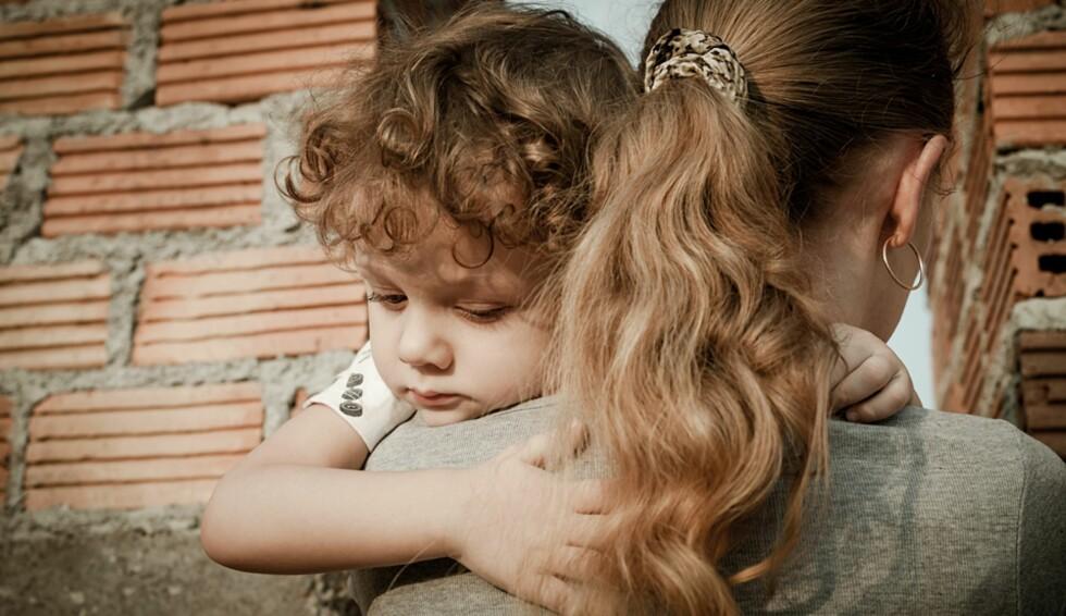 VANSKELIG Å FORKLARE: «Monica» sier det blir vanskeligere og vanskeligere å svare på sønnens spørsmål om hvorfor han aldri får møte faren sin. Foto: Shutterstock © Personene på bildet er ikke identisk med personene i saken.