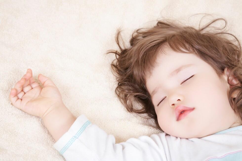SØVN: Ikke alle barn sover like godt på natten, bør man da kutte ut sovingen på dagtid? Foto: Shutterstock