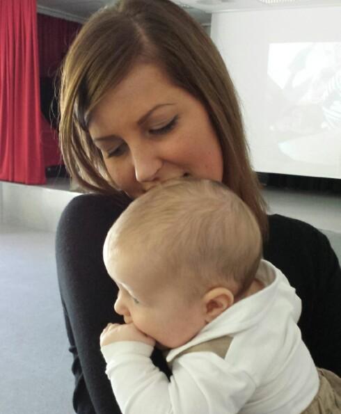 <strong>SKREKKOPPLEVELSE:</strong> Lisa Marie sier hun ikke lenger bruker sengekanten med snorer i sengen til sønnen Theo. Foto: Privat