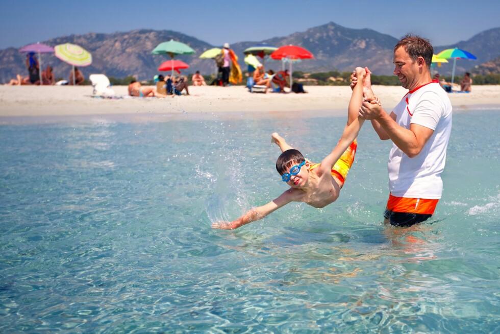 <strong>STRANDLIV:</strong> Sardinia er ikke bare for kjendiseliten. Med sine flotte strender og klare vann, har den italienske øya også blitt populær hos norske barnefamilier. Foto: Shutterstock