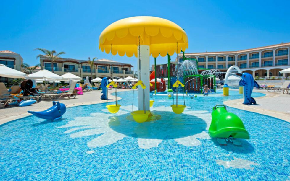 <strong>FINT BARNEBASSENG:</strong> Ingen grunn til å kjede seg på Apollos populære resort Mythos Beach på Rhodos. Foto: Apollo