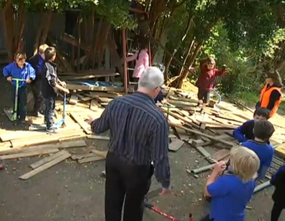 KAOTISK: Barna får leke med det de vil og har gjerne med seg planker og skrot til skolen. Foto: YouTube