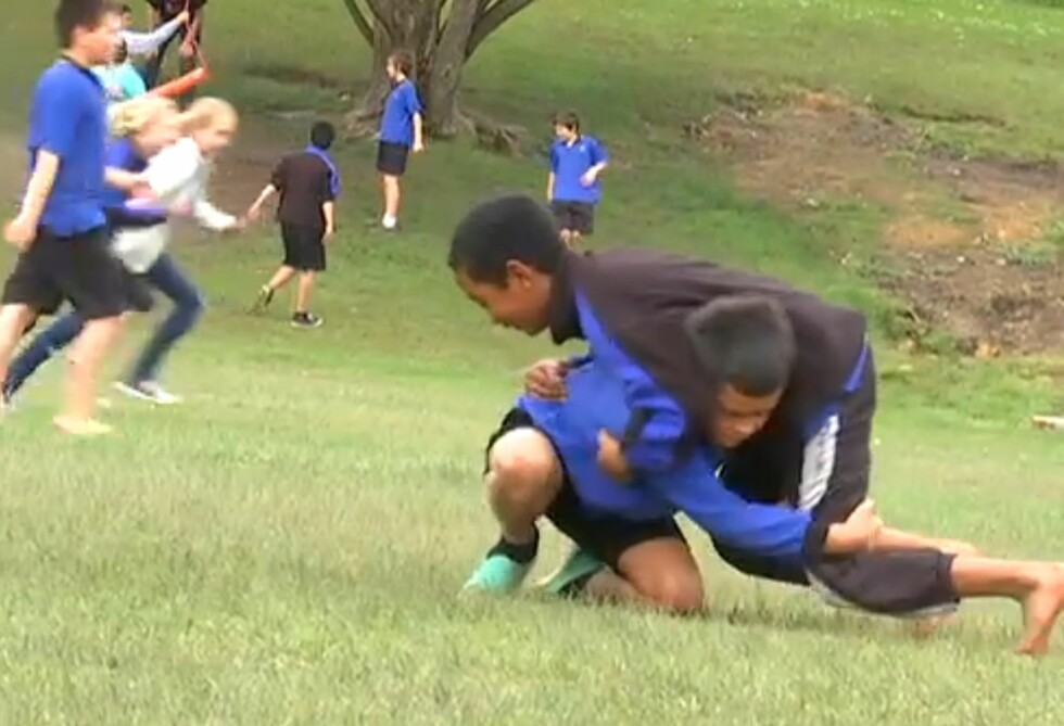 SLOSSKAMP: Lærerne involverer seg ikke i konflikter uten at barna ber om det. Foto: YouTube