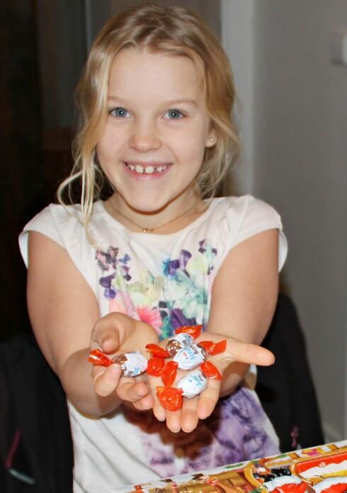 KINDERSJOKOLADE: Selma (8) synes det er kjempegodt med sjokoladekulene i Kinderkalenderen. Foto: Mammanett