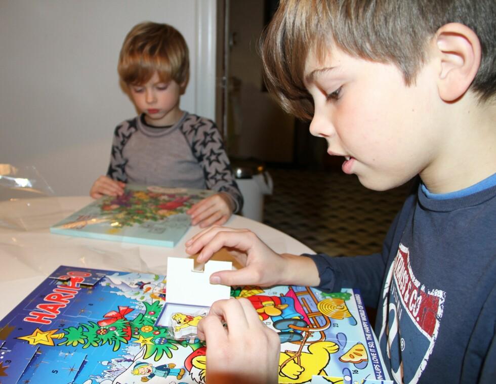 <strong>GUMMIGODTERI:</strong> Isak (11) og Jonah (6) er ikke i tvil om at kalenderen fra Haribo er best. Foto: Mammanett