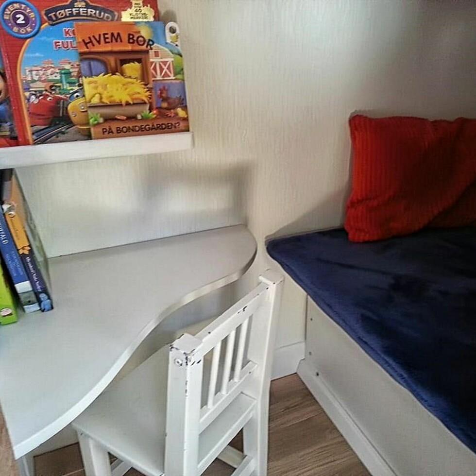 SKRIVEBORD: Slik ser det ut inni låven som Olvin har på rommet sitt. Foto: Privat
