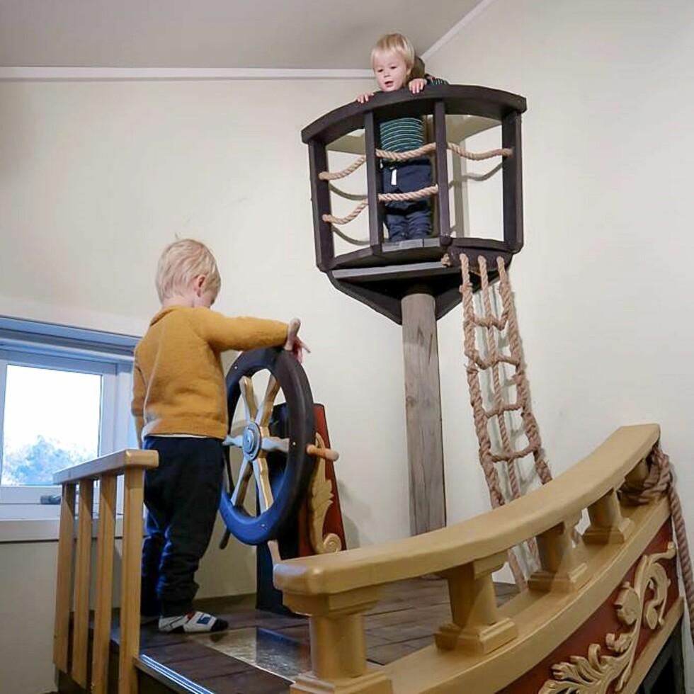 PIRATSKIP: Alle barns drøm med eget utkikkstårn og ror. Foto: Privat