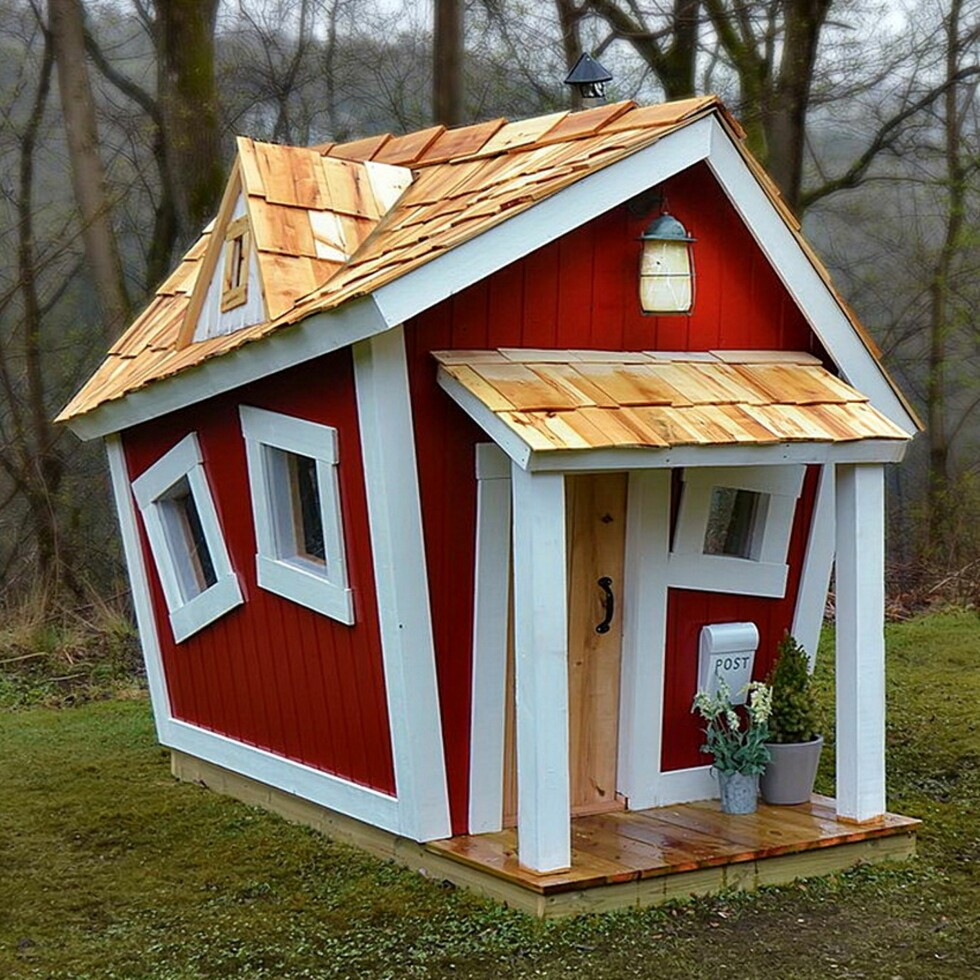 SKEIV LEKEHYTTE: Claes har laget flere lekehytter av denne typen. Foto: Privat