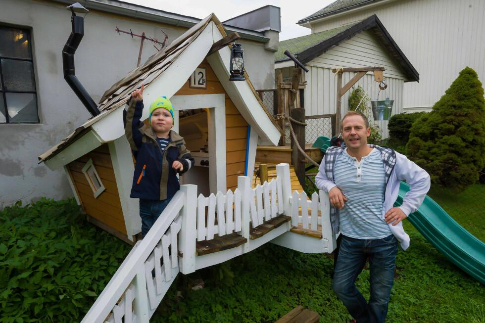EGEN LEKEPLASS: I hagen har Claes bygd et stort lekeanlegg til sønnen Olvin. Foto: Stein Johnsen / ha.no