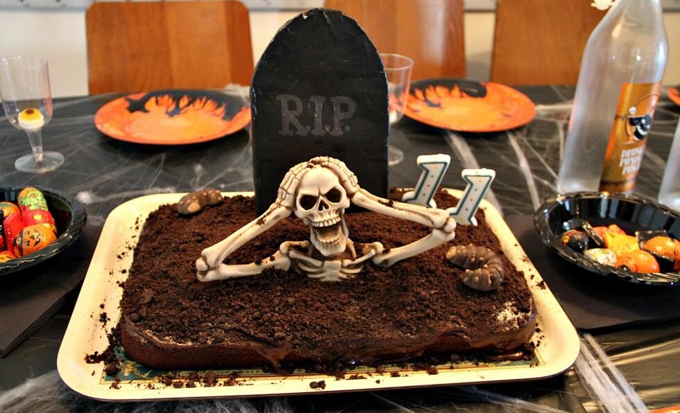 PÅ VEI OPP AV GRAVEN: Denne kaken er så skummel at den nok passer best i selskap for litt større barn! Foto: Anette Snarby