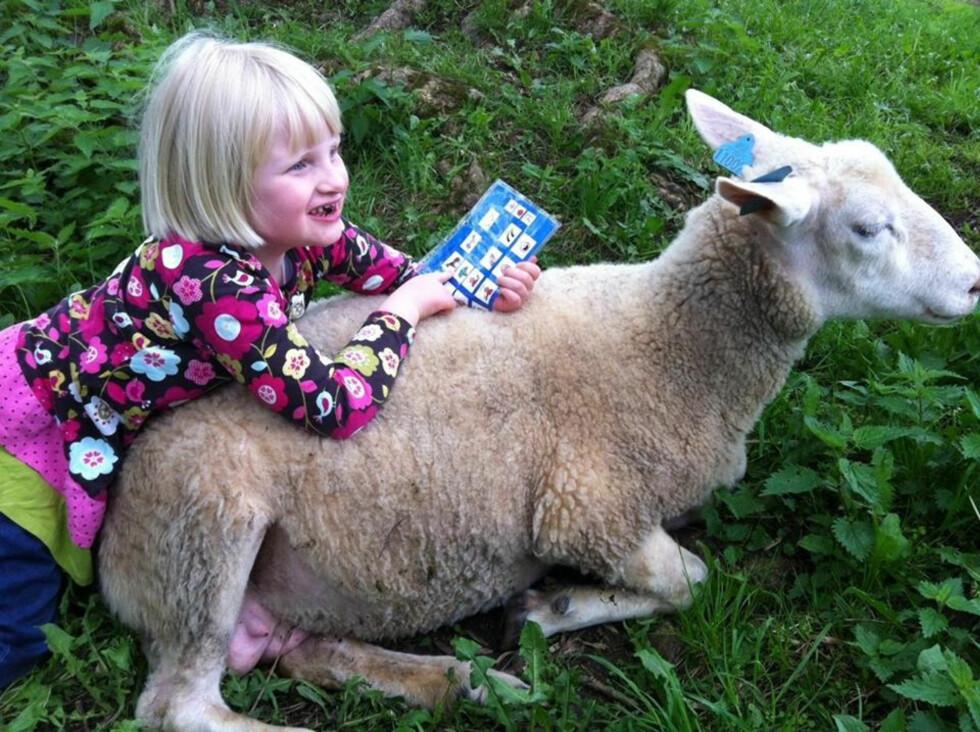 KOMMUNISERER VED HJELP AV BILDER: Denne boken har Anna alltid med seg for å gjøre seg forstått. Foto: Privat