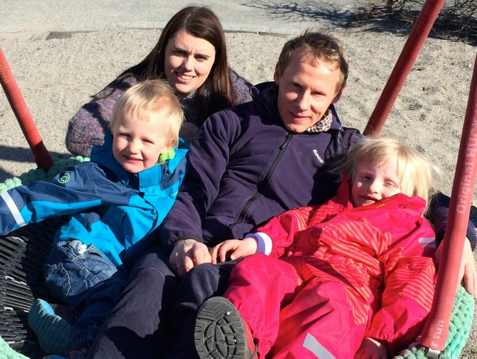 NÆR FAMILIE: Anna sammen med mamma Trude, pappa Roger og lillebror Olav. Foto: Privat