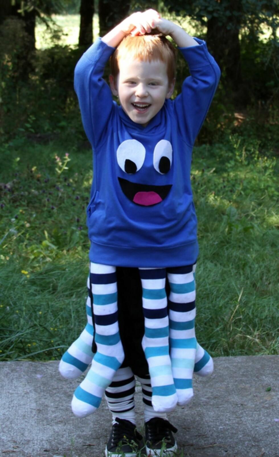 BLEKKSPRUT: Alt du trenger er lange sokker fylt med plastikkposer, en blå genser og filt til å lage ansiktet. Foto: dollarstorecrafts.com/
