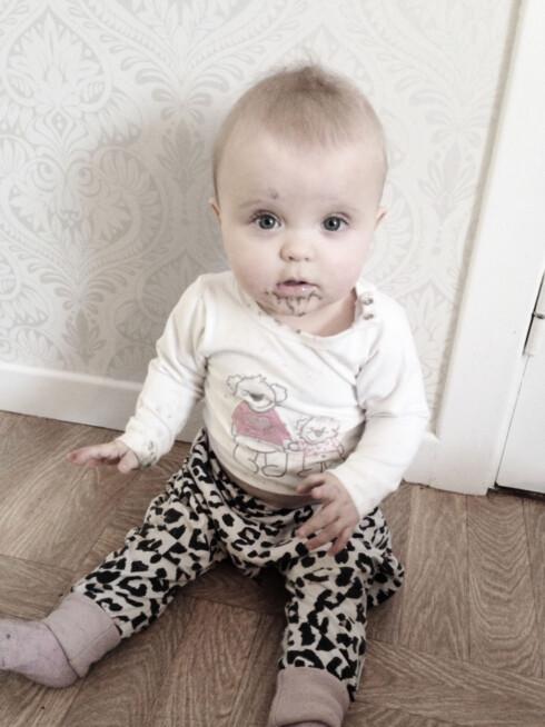 IKKE FARLIG: Tobarnsmor Stine Skoli blir ikke hysterisk om en av døtrene har puttet litt sand i munnen. Foto: Privat