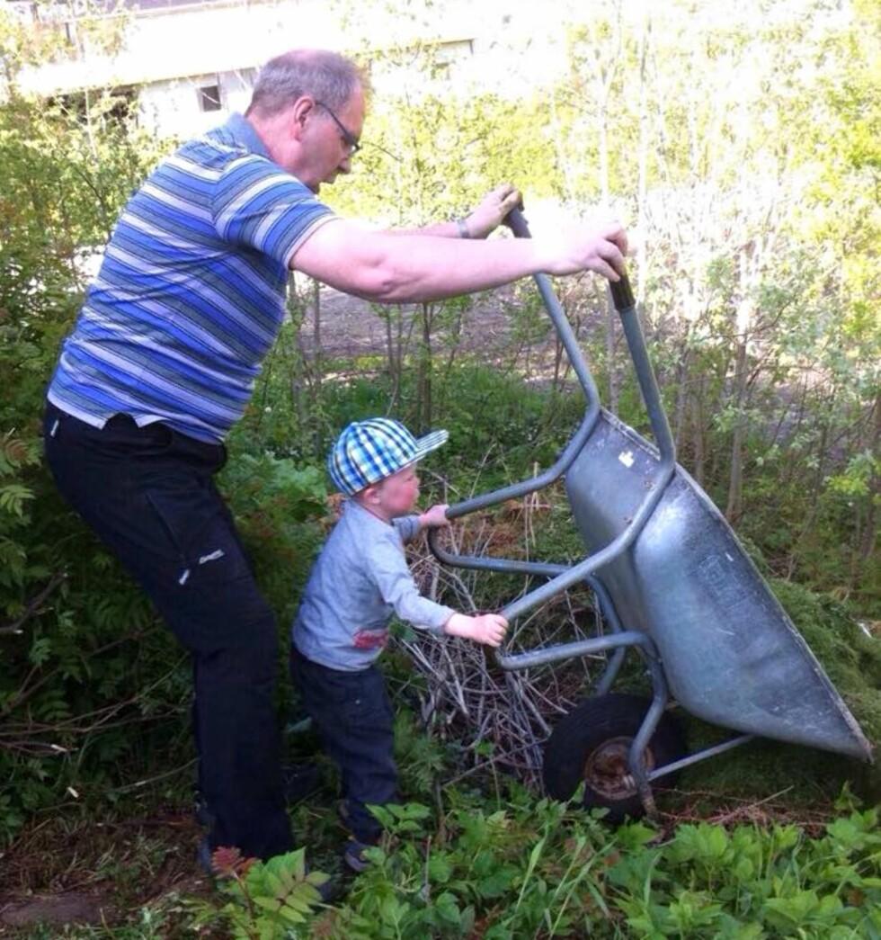 <strong>HJELPER BESTEFAR:</strong> Steinar og Gunn prioriterer å gjøre ting sammen med barnebarna sine. Foto: Privat