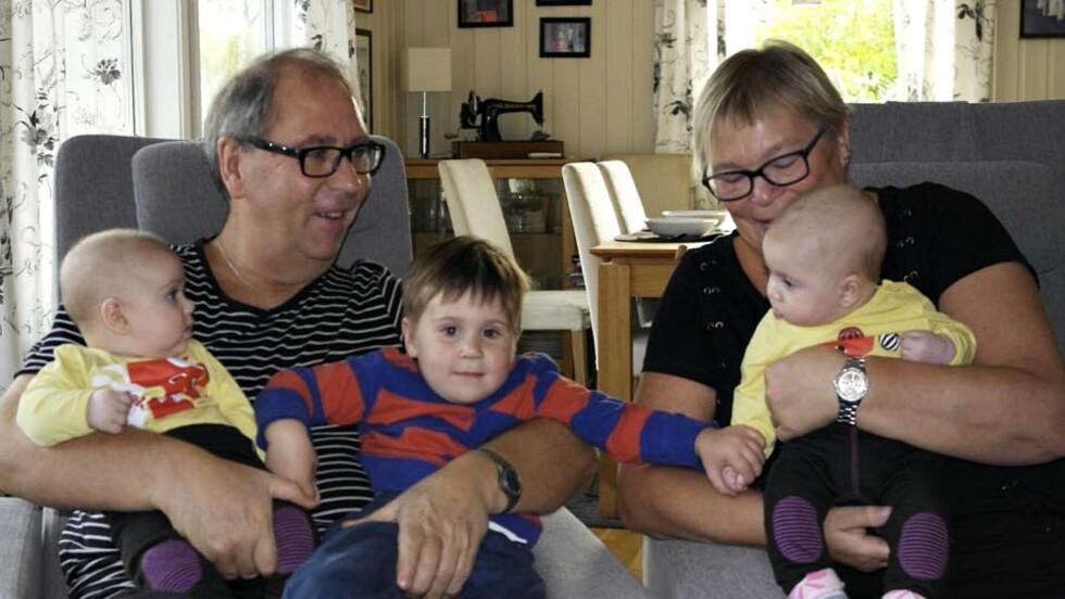 <strong><b>STILLER ALLTID OPP:</strong></b> Bestefar Steinar og Bestemor Gunn har alltid et ledig fang til Ask og tvillingene Nora og Tale. Foto: Privat