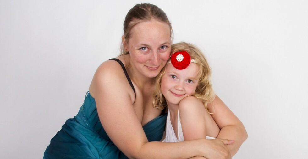 ENSOMT: Hild Frøya opplever det som vanskelig at datteren blir utestengt av andre barn fordi hun har ADHD. Foto: Linn C. Arnesen, MUM Photography