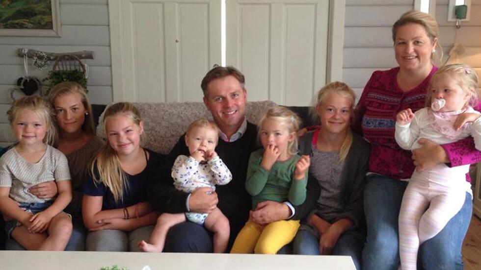 FAMILIE PÅ NI: Charlotte og Jan Henrik med barna Kristian, Josefine, Kristiane, Sunniva, Alida, Johanne og Sofie  Foto: privat