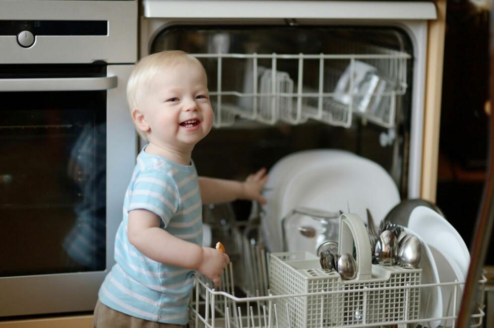 BARN KLARER MER ENN DU TROR; Å hjelpe til med å ta ut av oppvaskmaskinen for eksempel. Foto: Shutterstock.com ©