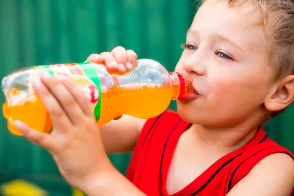 BRUSSJOKK: Barn drikker overraskende mye sukkerholdig brus.  Foto: Shutterstock.com ©