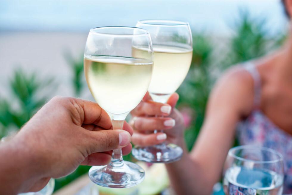 <strong>ALKOHOL PÅ FAMILIEFERIE:</strong> Enkelte foreldre nøyer seg ikke med bare ett glass til maten. Foto: Shutterstock.com ©