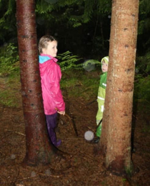 Helena og Jonas på skummel skogstur