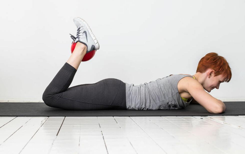 BAKSIDE LÅR: Her er en av øvelsene Helle Bornstein anbefaler deg for å komme i form etter svangerskap og fødsel. Foto: Rolf-Ørjan Høgseth/Schibsted Forlag