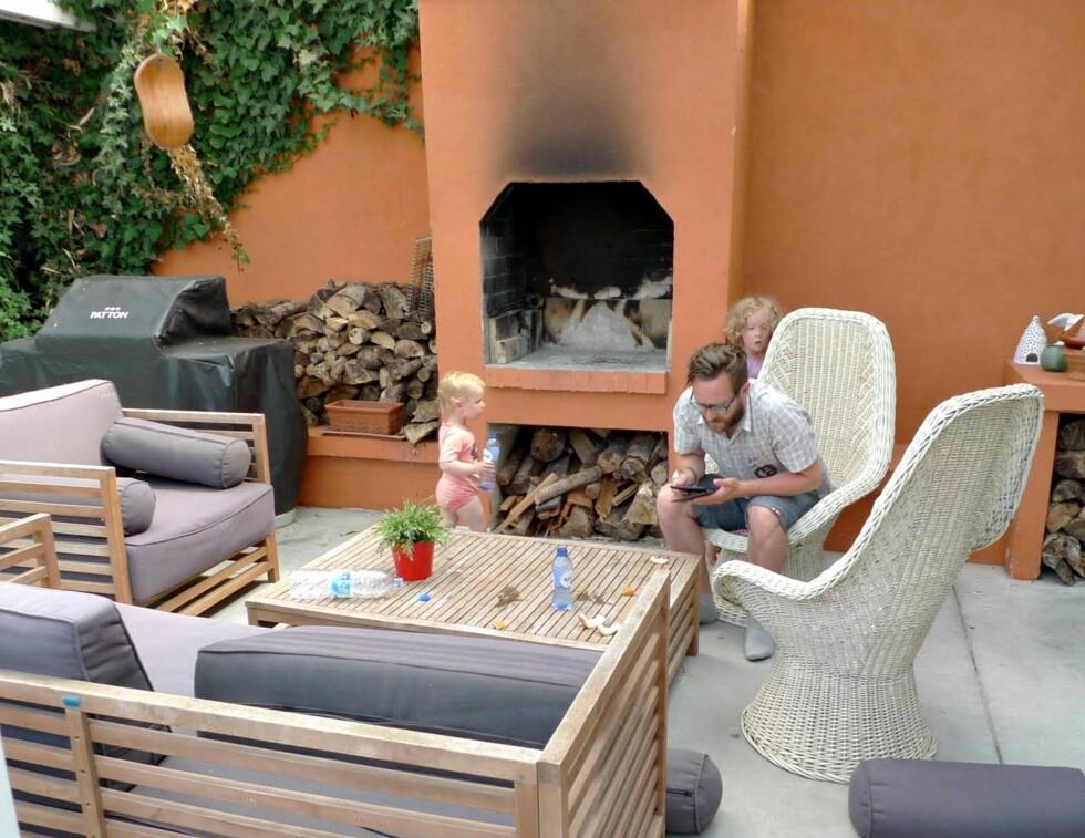 KOSELIG UTEOMRÅDE: Dette huset lånte familien da de besøkte Belgia, men man behøver ikke ha et fancy hus for å bytte bolig, forteller Mali. Foto: Privat
