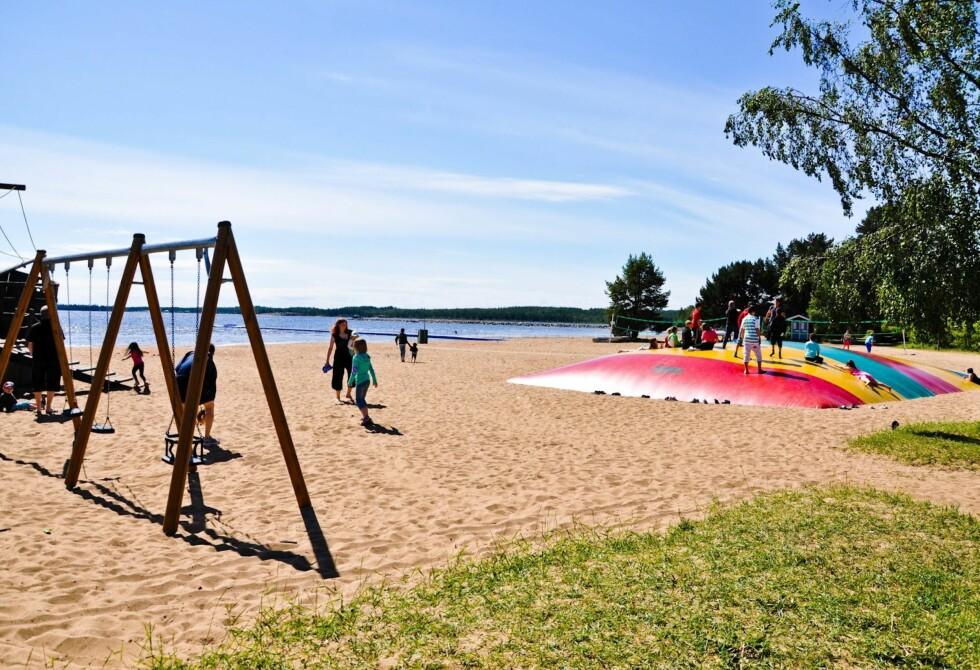 IDYLLISKE OMGIVELSER: Byske Havsbad i Vesterbotten har en vakker beliggende lekeplass. Foto: Elise Steffensen