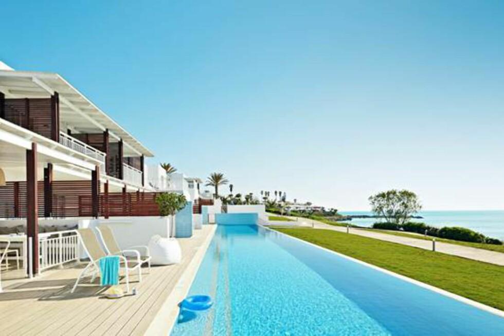 <strong>Sunwing Kallithea Beach:</strong> Suiter med utsikt og direkte utgang til bassenget. Foto: Ving.no