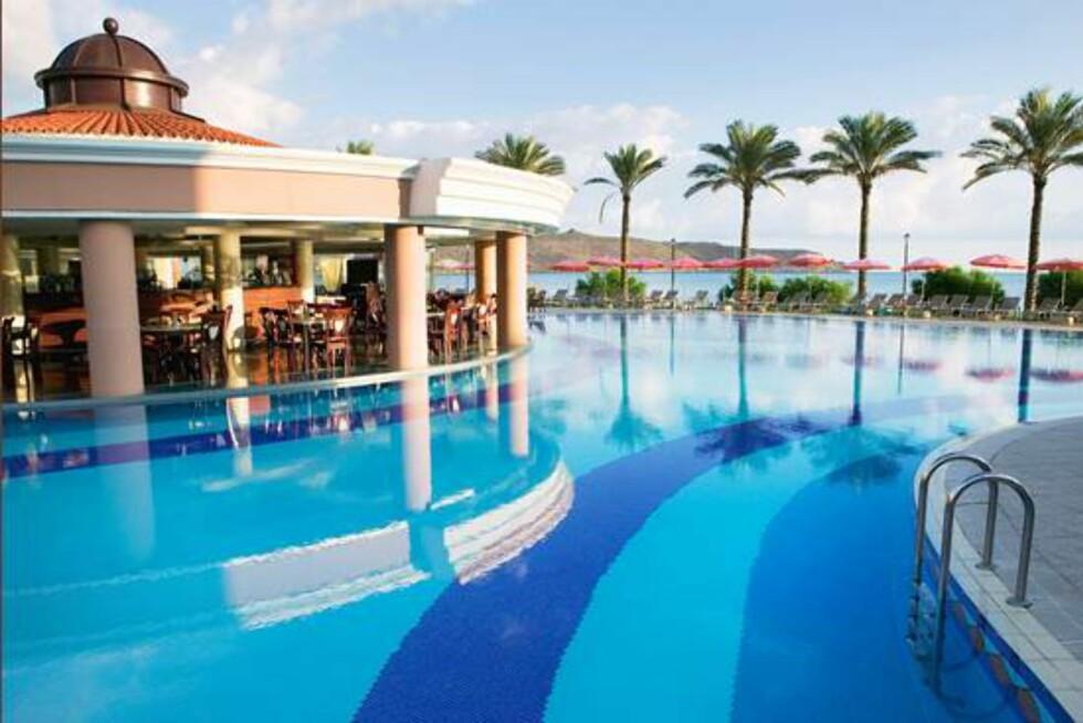 <strong>Alexandra Beach Kreta:</strong> Idyllisk basseng med fantastisk utsikt. Foto: Ving.no